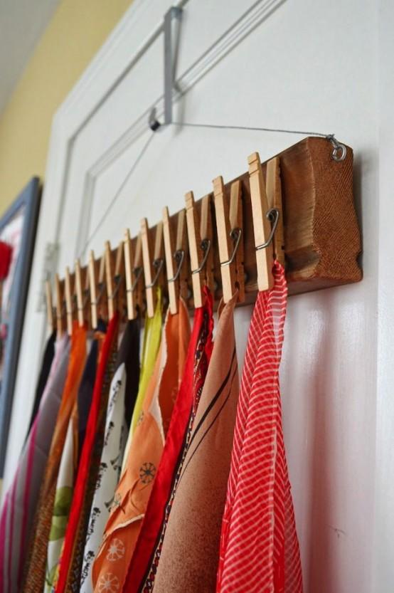 una mensola di legno su un appendiabiti e mollette per tenere le tue sciarpe e scialli