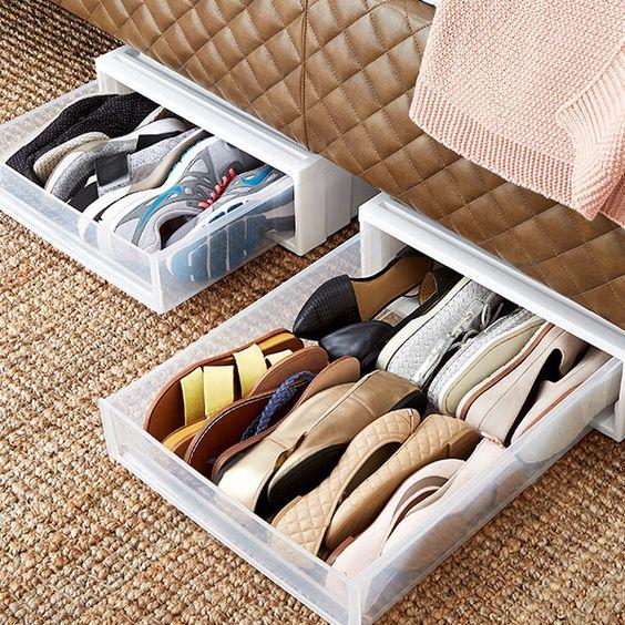 piccoli cassetti in plastica per scarpe inseriti sotto un armadio, un armadio o un letto aiuteranno un po 'la tua organizzazione