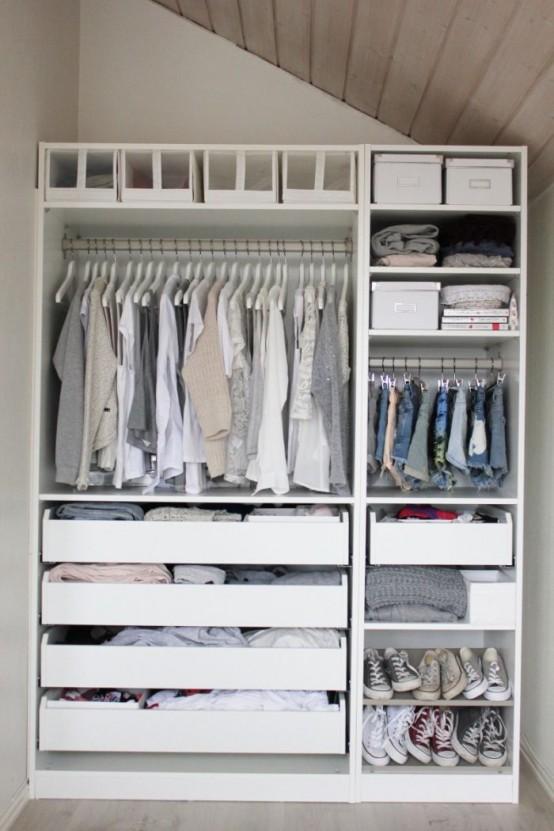 un piccolo armadio completamente organizzato con cassetti, vani aperti e chiusi, appendiabiti e scatole