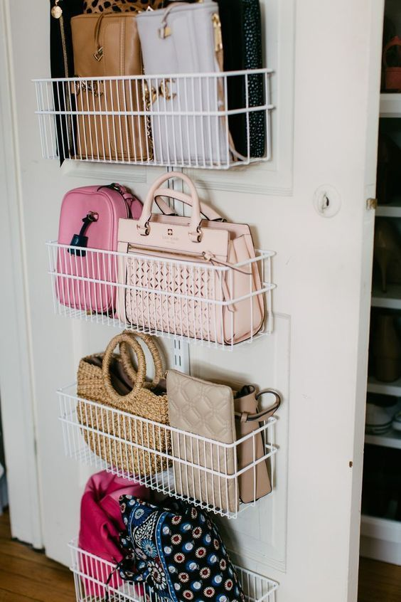 I ripiani in filo metallico attaccati alla porta sono un'idea elegante per riporre borse, scarpe o altre cose