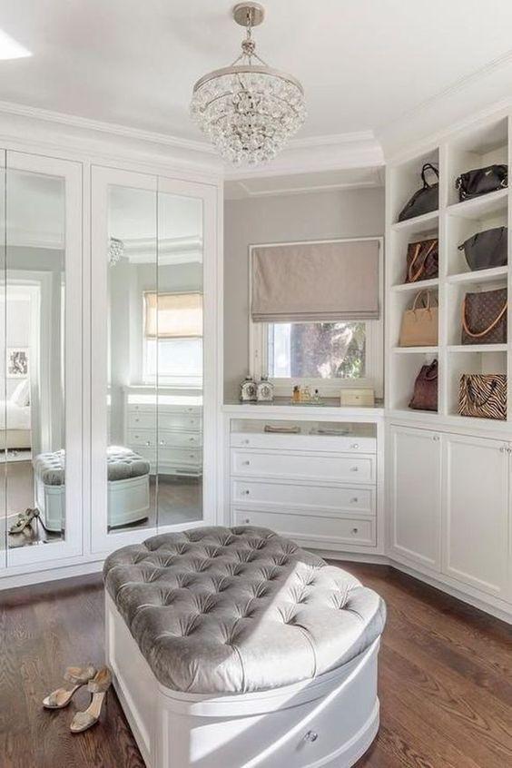 un pouf imbottito con spazio di archiviazione all'interno per nascondere scarpe, accessori, borse o altre cose