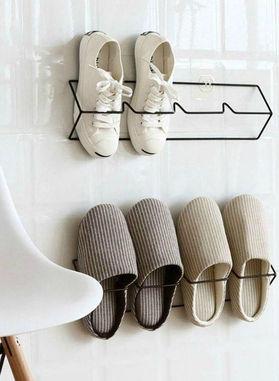 semplici e comodi organizzatori di scarpe metalliche che possono essere attaccati alle porte o alle pareti dell'armadio in un ingresso