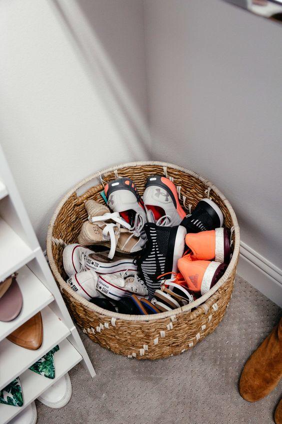un cestino per riporre le scarpe è un modo semplice per roganizzare: puoi posizionarlo ovunque tu voglia