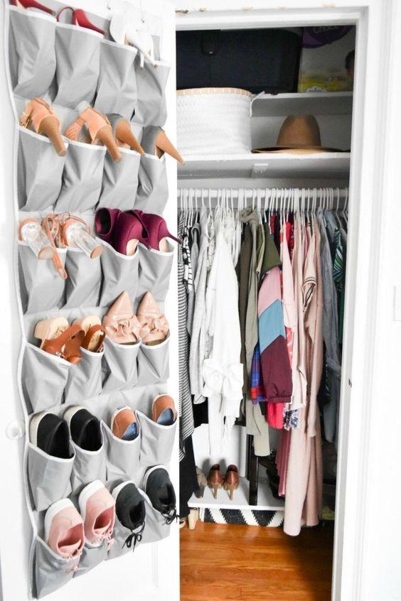 un organizer in tessuto sulla porta dell'armadio è ottimo per riporre scarpe o accessori, è moderno, semplice e consente di risparmiare spazio sul pavimento e sugli scaffali