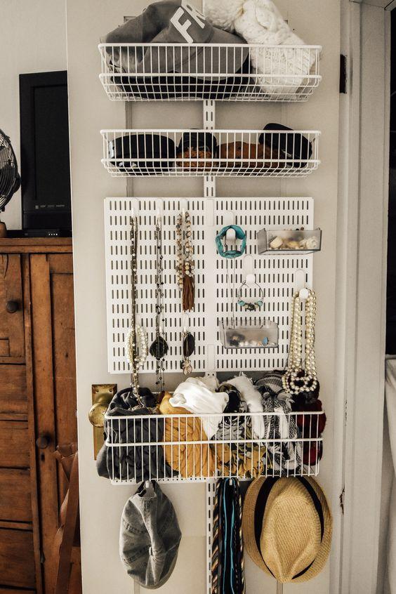 un organizer intelligente e un'unità di archiviazione attaccata alla porta dell'armadio: i cestini in filo metallico e una lavagna per gioielli sono un modo interessante per organizzare
