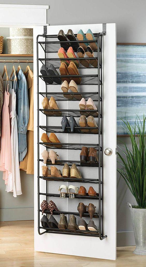 una mensola per scarpe forgiata attaccata a una porta clsoet è un modo intelligente per riporre molte scarpe senza occupare spazio sul pavimento