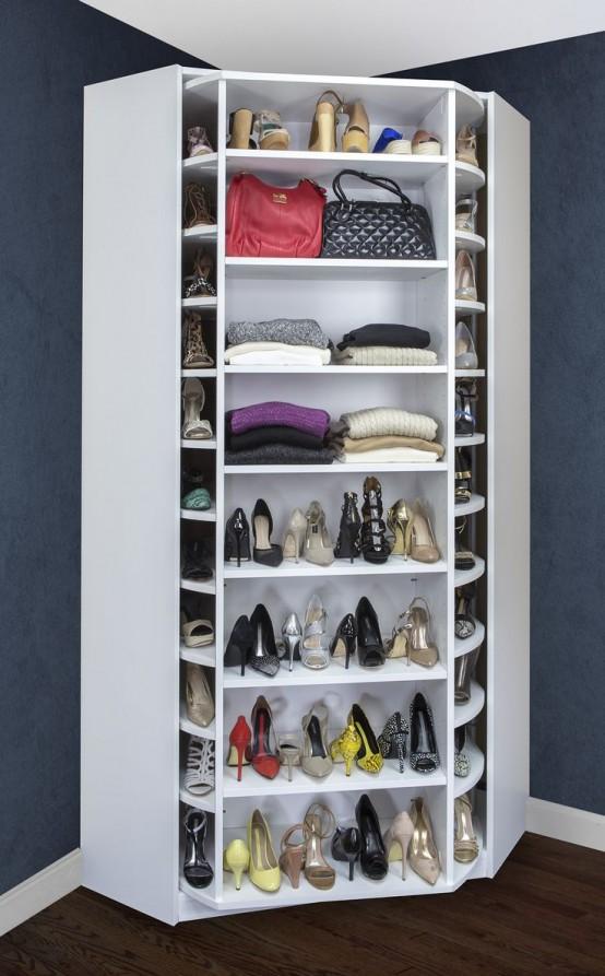 una scarpiera ad angolo con scarpe e ripiani per borse che ruotano per darti sempre più spazio di archiviazione