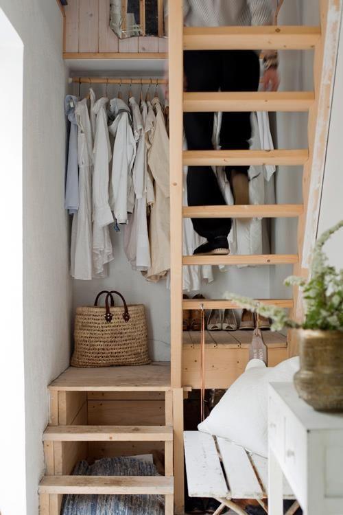 riponi scarpe e vestiti sulle trombe delle scale, sotto le scale e sopra la tromba delle scale - usa ogni centimetro di spazio per allocare le tue cose