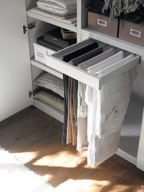 un piccolo ripiano per appendere i pantaloni - è dotato di diversi supporti che possono ospitare diversi pantaloni