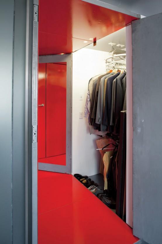 un armadio piccolo e ben organizzato con scarpe e vestiti, molti appendiabiti e ripiani rotanti per sistemarne di più