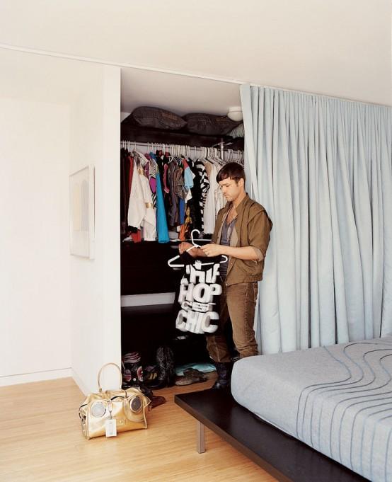 un armadio con molti scaffali e un supporto per appendiabiti può essere nascosto con una tenda e decompone il tuo spazio e non ti fa creare una stanza separata per l'armadio