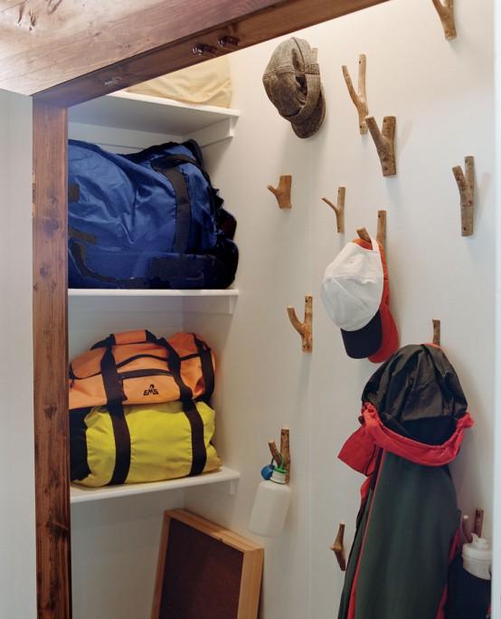 un armadio con ganci sul muro che lasciano appendere vestiti, borse e altre cose e non occupare mensole e spazio sul pavimento per questo