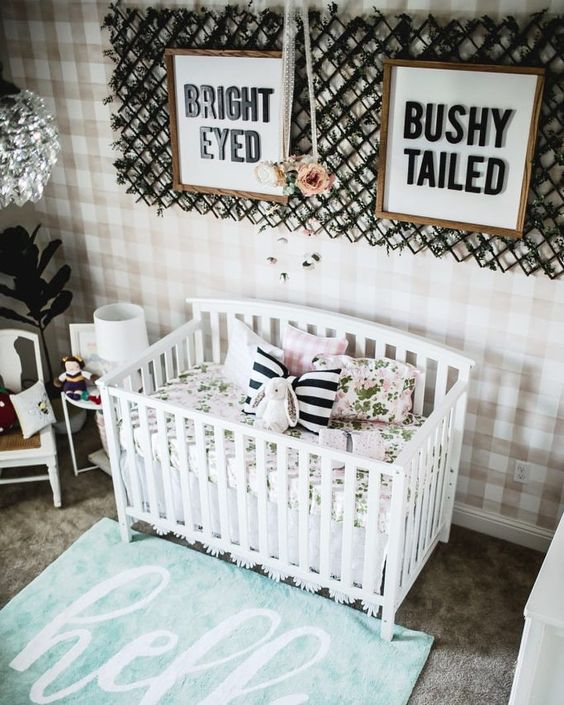un muro di dichiarazione plaid, strisce e stampe floreali aggiungeranno un leggero tocco da ragazza alla scuola materna