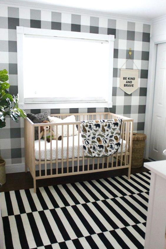 un elegante cameretta monocromatico con un muro a quadri e un tappeto a righe più piante in vaso per rinfrescare lo spazio