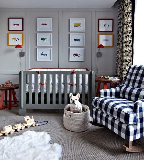 una sedia a dondolo scozzese e tende a stampa geometrica aggiungono interesse e intimità alla cameretta grigio chiaro