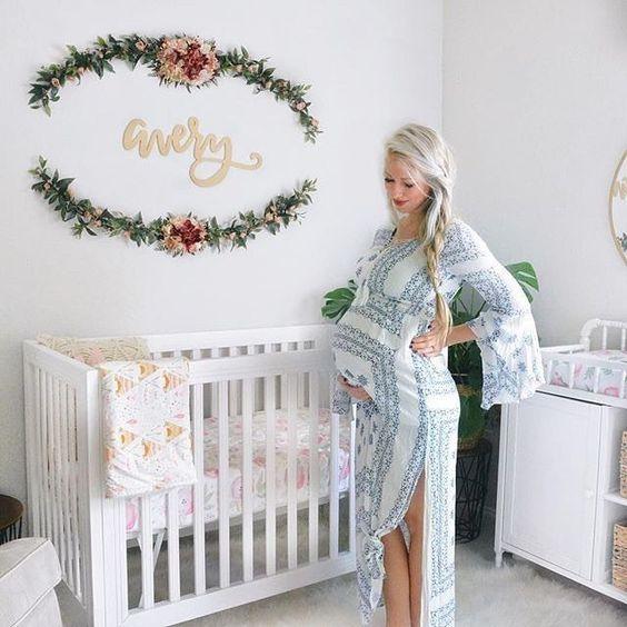 metti il nome di tuo figlio sul muro e accentualo con vegetazione e fiori se si adatta al tuo stile di scuola materna