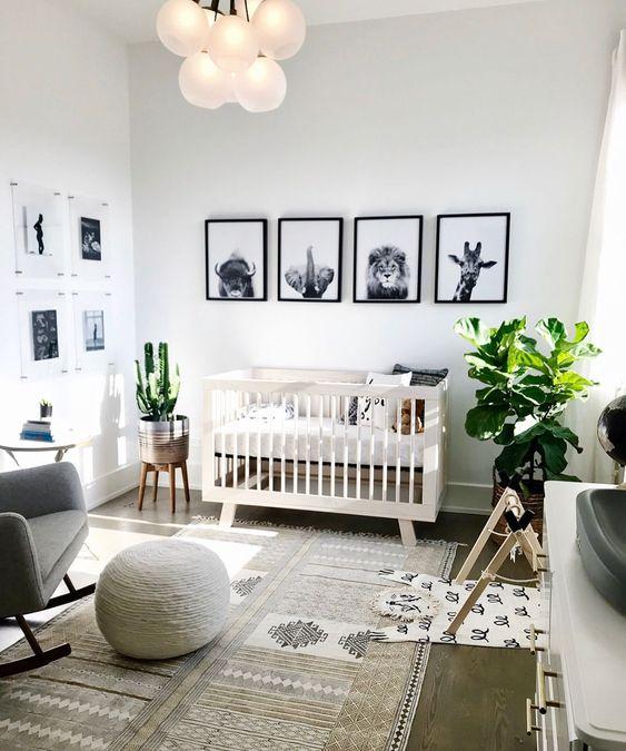 un elegante muro di galleria in bianco e nero con animali è un'idea super elegante che si adatta a uno spazio neutro rispetto al genere