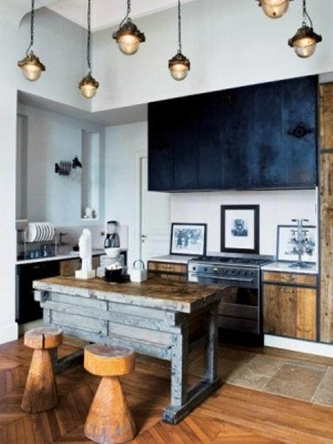 un'isola da cucina in legno tinto sembra molto ruvida e contrasta con i pensili neri