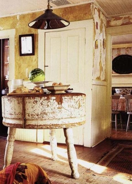 una piccola isola cucina shabby chic rotonda con gambe intagliate è un'idea semplice e casual per uno spazio shabby