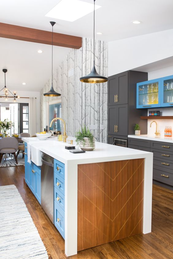 un'isola da cucina blu brillante e compensato con un piano di lavoro bianco più cassetti per riporre ed elettrodomestici