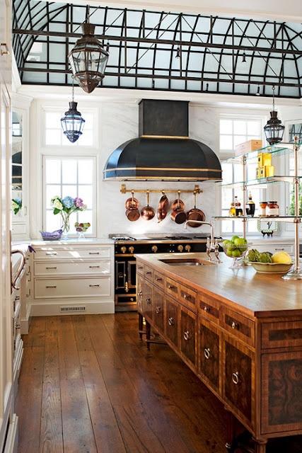 una ricca isola da cucina vintage oversize macchiata composta da una credenza presenta un sacco di spazio e un lavandino e aggiunge eleganza