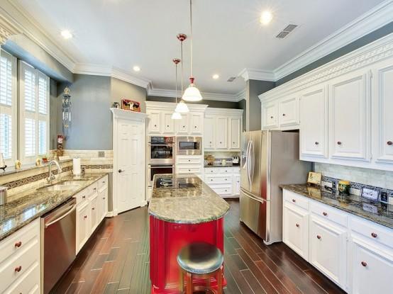 una lunga isola da cucina rossa calda curva con un piano di lavoro in pietra è un'ottima idea per una cucina anarrow, non ci vorrà molto spazio