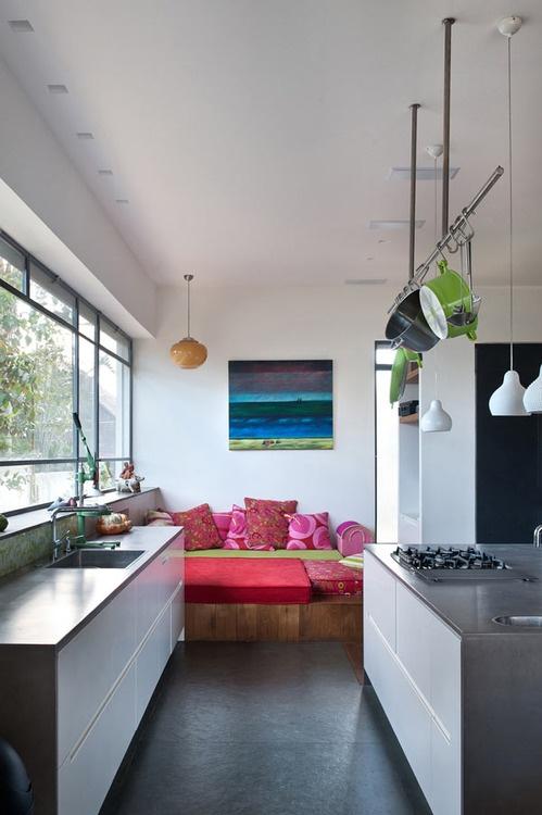 un'isola da cucina contemporanea con cassetti bianchi e un piano di lavoro in cemento è un'idea fresca ed elegante