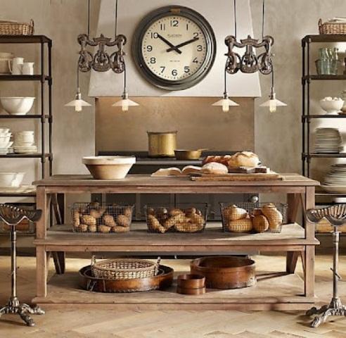 una semplice isola da cucina rustica in legno risalta in una cucina con scaffali in metallo dappertutto metal