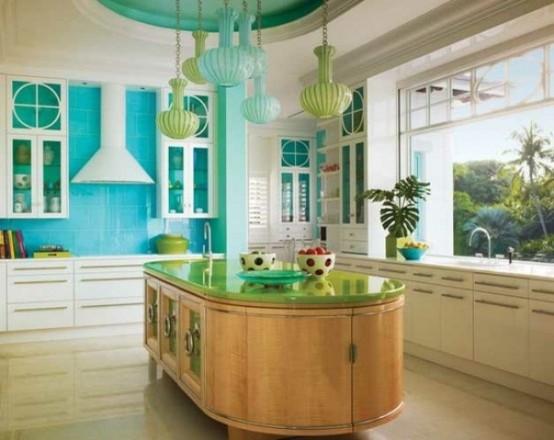 un'isola da cucina curva in legno tinto con molto spazio di archiviazione e un piano di lavoro verde si distingue per il suo colore e la sua forma