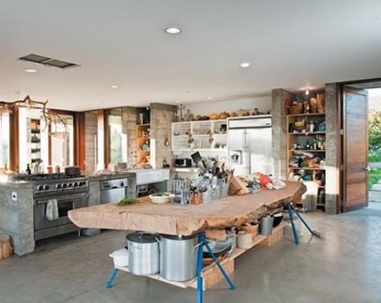 un'isola da cucina unica con gambe blu brillante e un piano di lavoro in legno con bordo vivo è un'idea molto alla moda da provare