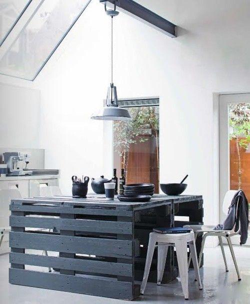 un'isola da cucina in pallet grigio ardesia con un po' di spazio per mangiare e cucinare, si distingue in una cucina neutra