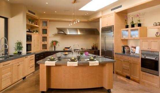 una grande isola cucina in multistrato verniciato ocra con piano di lavoro in metallo, lavello e spazio per pranzare è sufficiente per ogni tipo di lavoro in cucina