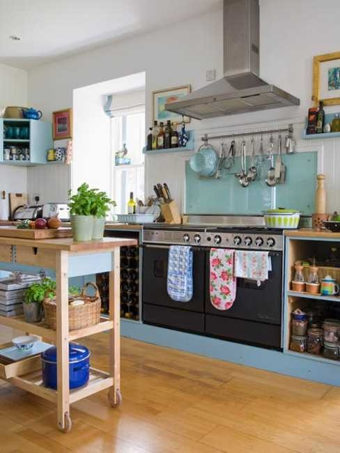 un'isola da cucina in compensato su ruote e con cassetti e scaffali aperti per riporre i mobili contrasta scuro e blu