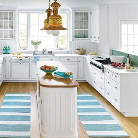 un'isola da cucina bianca shiplap con un piano di lavoro in legno presenta una forma unica e sembra molto fresca