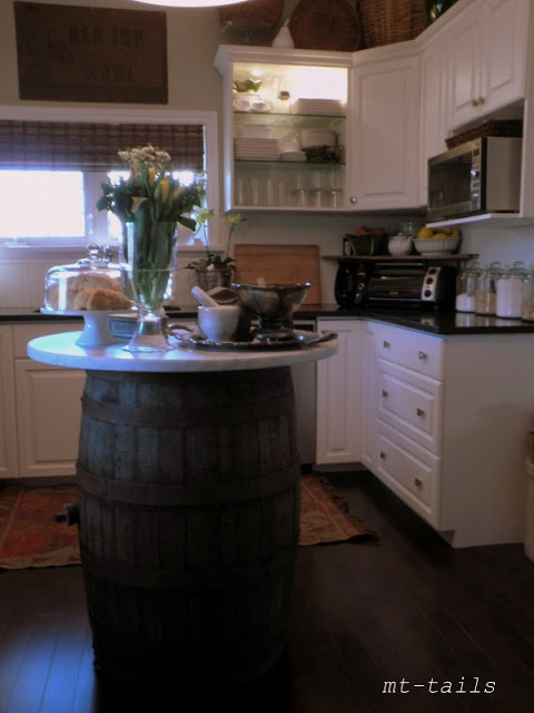 un'isola da cucina creativa composta da una botte e un piano del tavolo è insolita e semplice da realizzare