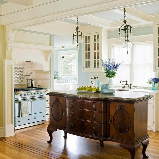 un comò vintage ricco di macchie fa una dichiarazione e contrasta la cucina neutra e pastello mentre si abbina allo stile