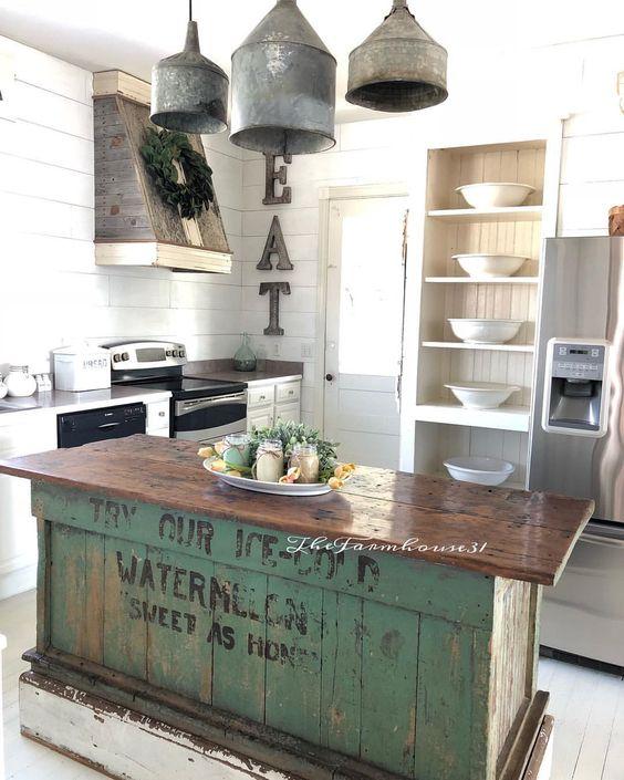 un'isola da cucina industriale vintage in legno con una base verde di casse che sembra molto accattivante