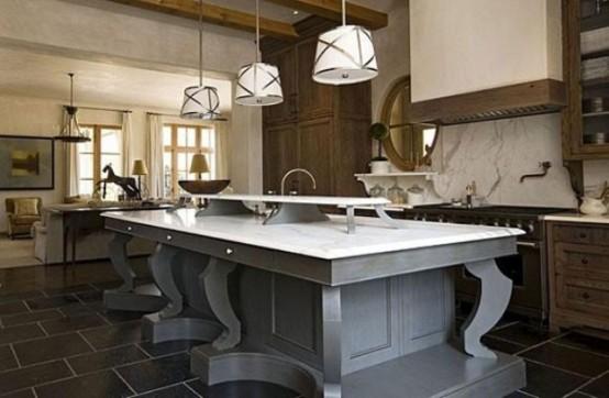 una grande isola cucina vintage grigia con un piano di lavoro in pietra bianca e uno rialzato aggiuntivo per la conservazione