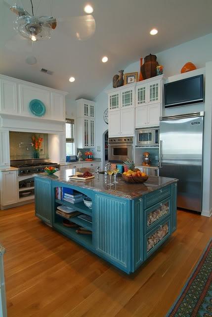 un'isola cucina vintage blu brillante con piano di lavoro in pietra, vani portaoggetti aperti e chiusi closed