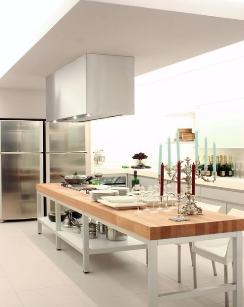 un'isola cucina contemporanea di grandi dimensioni con una base in metallo e un piano di lavoro butcherblock può essere utilizzata per cucinare e mangiare lì