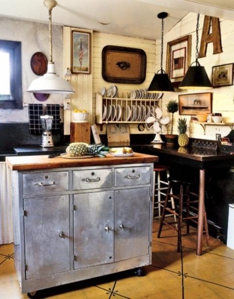 un'isola da cucina in metallo a contrasto con un piano in legno e vani portaoggetti sembra insolita e aggiunge un tocco industriale