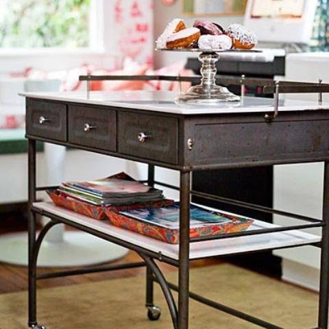 un'elegante isola da cucina in metallo vintage sottile con cassetti e ruote più una mensola e un ripiano del tavolo bianco