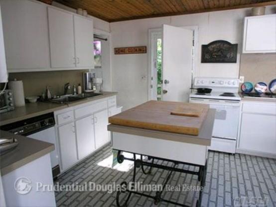 un'isola da cucina insolita con una base forgiata e un elegante piano in compensato