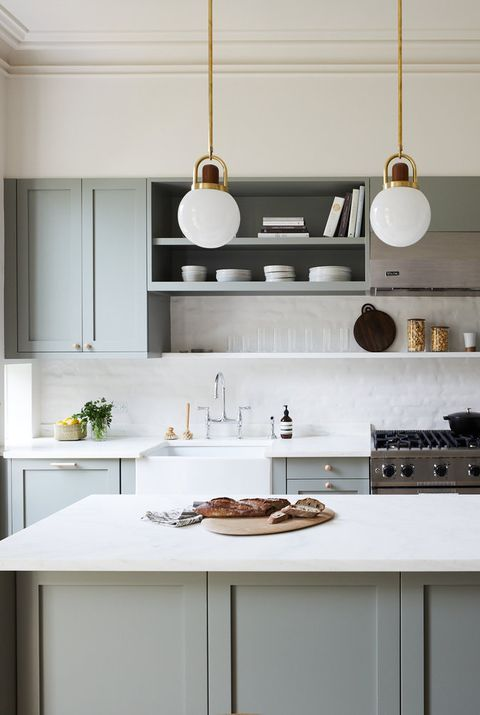 una cucina grigia di ispirazione vintage con armadi a pannelli, piastrelle bianche e controsoffitti e lampade a sospensione