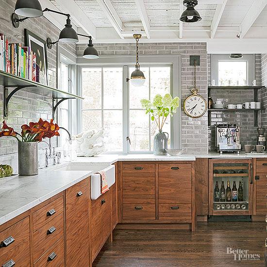 un moderno incontra la cucina industriale con armadi in legno rustico, ripiani in marmo bianco e gadget high tech