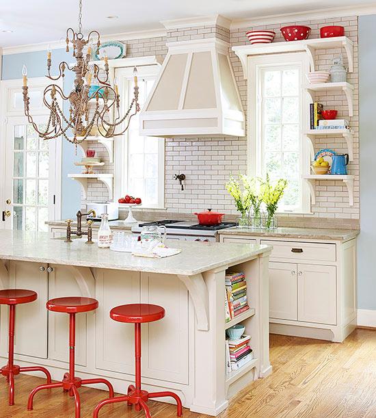 una cucina eclettica fantasia presenta dettagli raffinati e mobili rilassati, oltre a un lampadario giocoso