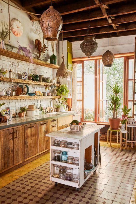 una cucina rustica incontra boho con lanterne marocchine, armadi in legno e un'isola cucina shabby chic