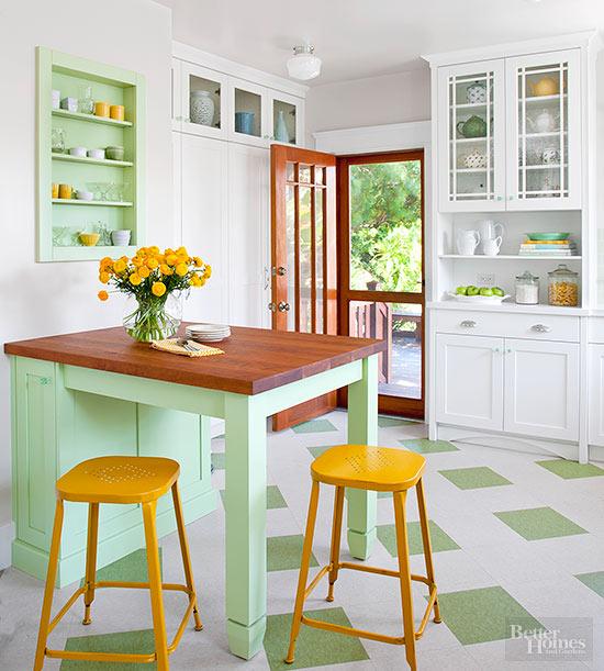 una cucina tradizionale diventata contemporanea con una tavolozza di colori audaci: verde e giallo per un tocco di freschezza