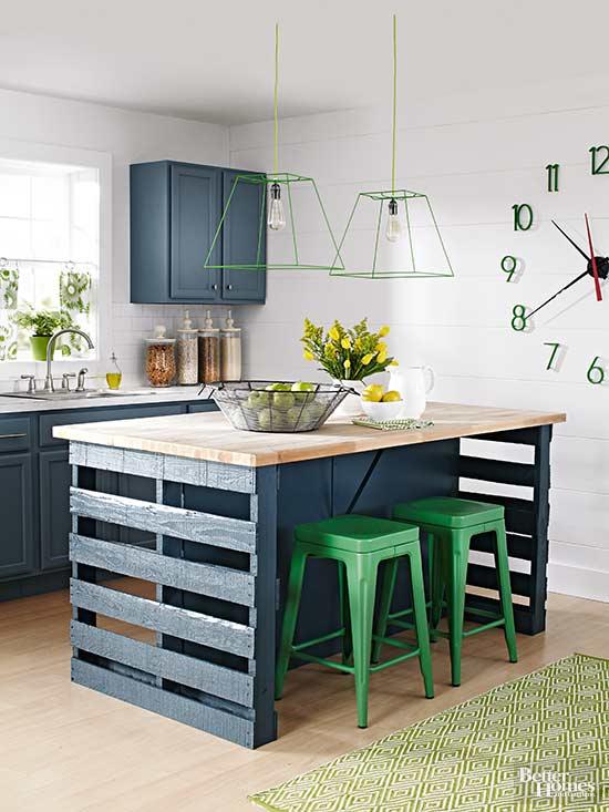 pallet da magazzino e sgabelli in metallo verde sono abbinati a armadi blu navy di ispirazione vintage e ripiani da macellaio