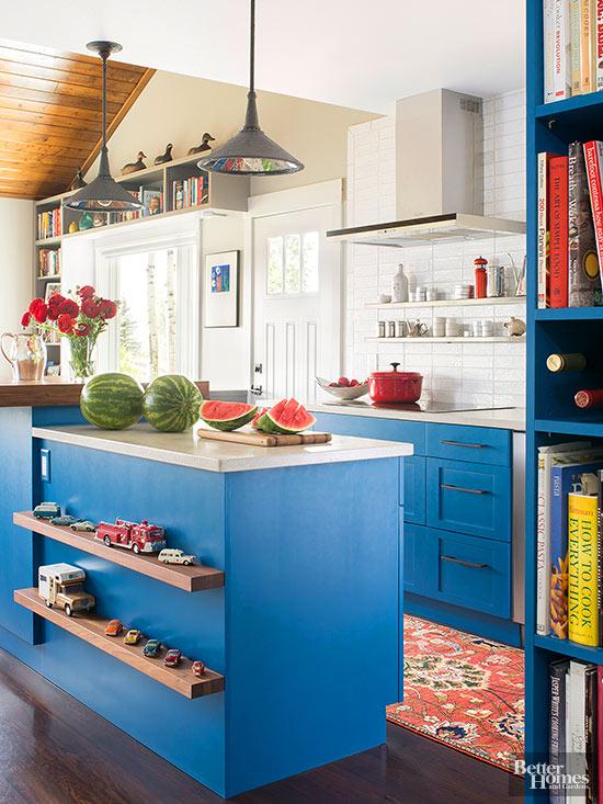 la vernice blu cielo brillante sui tradizionali armadi in stile Shaker e una varietà di finiture rendono attraente questa cucina eclettica